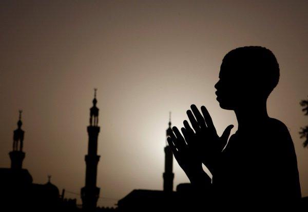 Говорите: «Аллахумма салли аля Мухаммадин ва аля алихи ва азваджихи ва зурриятихи кама баракта аля Ибрахиме ва аля али Ибрахим иннака хамидун маджид»