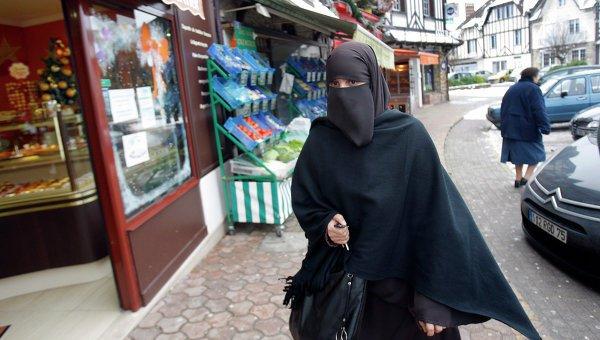 В Канаде запретили скрывающую лицо одежду.