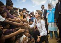 Королева Иордании встретилась с беженцами из Мьянмы