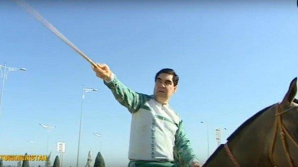 Гурбангулы Бердымухамедов на коне.
