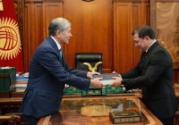 Новый спикер парламента Киргизии получил от Атамбаева Коран