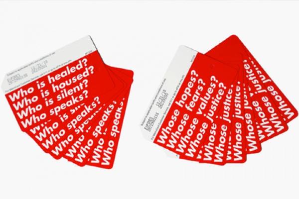 На каждом из билетов написано по 4 вопроса белыми буквами на ярко-красном фоне, к примеру, «Чьи надежды?» и «Чьи страхи?»