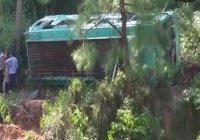 В Пакистане при падении автобуса погибли около 30 человек