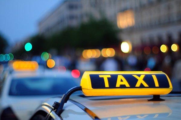 Авто таксистов-нарушителей будут забирать на штраф-стоянку.