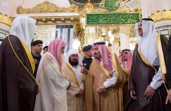 Король Саудовской Аравии совершил намаз в мечети Пророка (Фото)