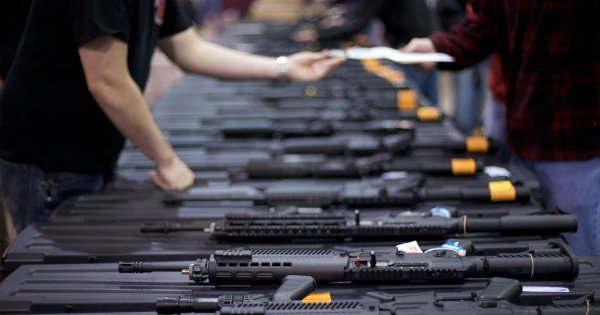 В США продолжается дискуссия о необходимости запретить торговлю оружием.
