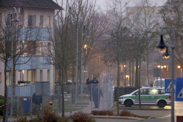 Полицейский автомобиль возле здания приюта.