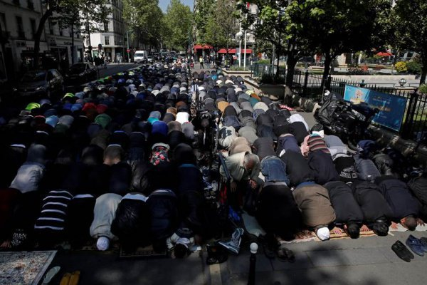 Мусульмане молятся на улице французского города.