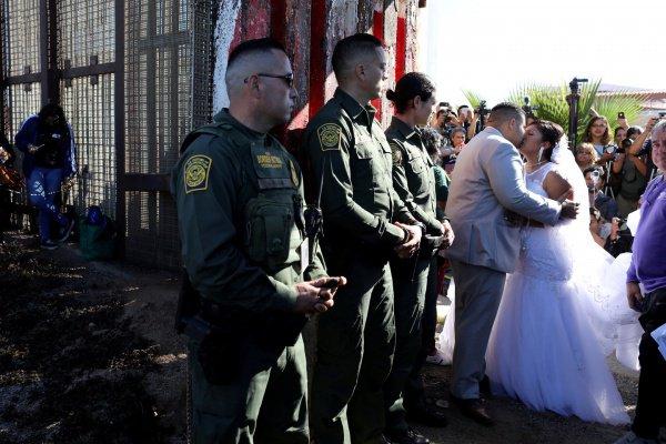 Пара влюбленных сыграла свадьбу прямо награнице США иМексики