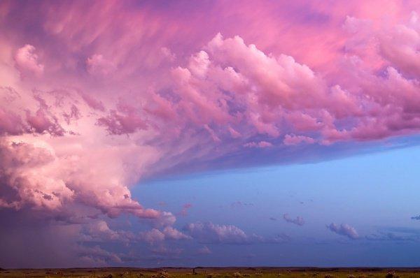 Есть у человека ангелы, следующие впереди него и позади него и охраняющие его по повелению Аллаха