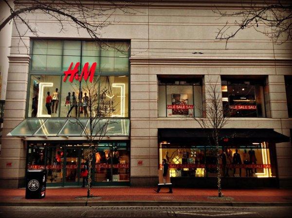Компанию H&M уличили втайном сжигании 10 тонн одежды