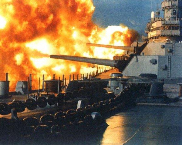 """линкор """"Нью-Джерси"""" ведет огонь по Бейруту. 1984 г."""