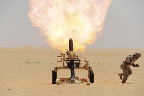 Саудовские военные обстреливают позиции хуситов на границе Саудовской Аравии и Йемена. 21 апреля 2015 года.