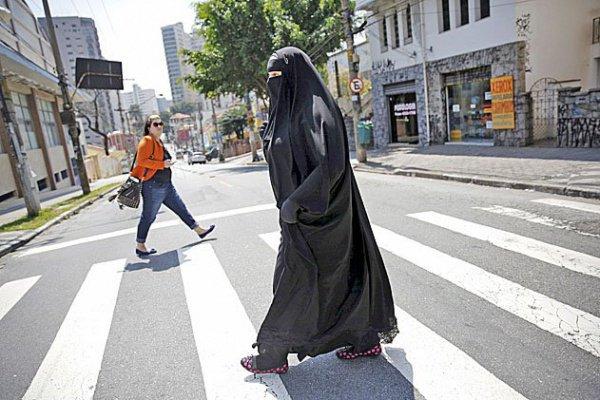 Власти венгерского города запретили мусульманскую одежду, закрывающую лицо.