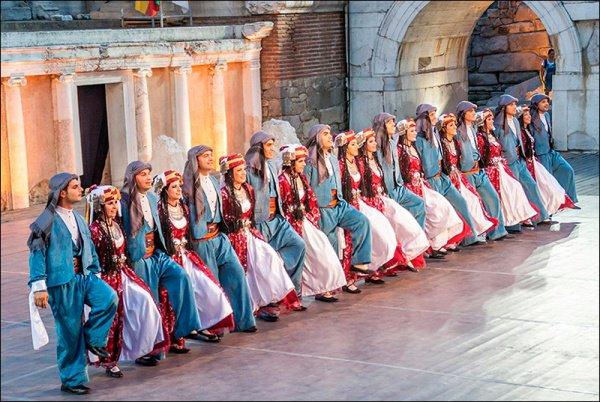 Турецкие танцоры на захотели возвращаться на родину.