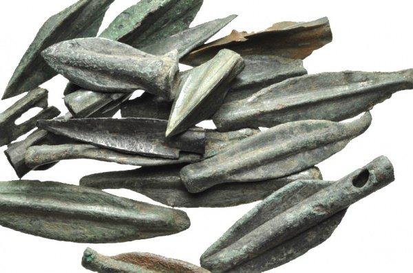 Кроме кинжалов и топоров подобный металл был найден и в прочих изделиях, в том числе древних украшениях: кулонах, бусах и браслетах