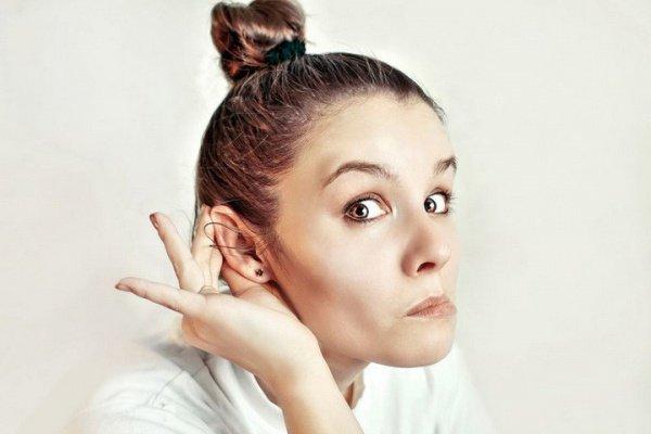 Ученые пояснили стремление поворачиваться ксобеседнику правым ухом