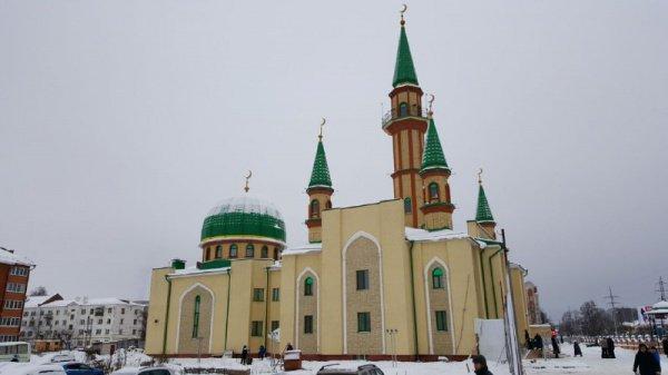 Мечеть «Джамигъ»– это 2-этажное 5-минаретное купольное сооружение