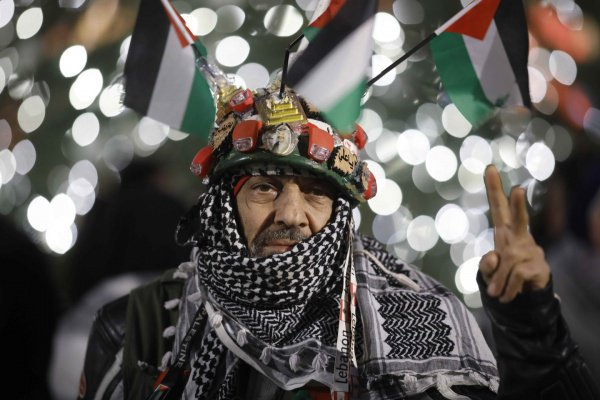Митингующие сожгли как минимум 2 флага Израиля