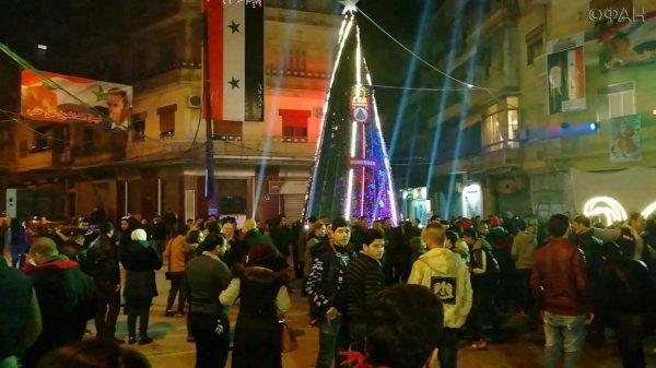Сирийцы зажгли огни на самой большой елке на городской площади ал-Азизия