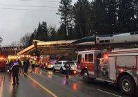 Скоростной поезд рухнул с моста на шоссе в США