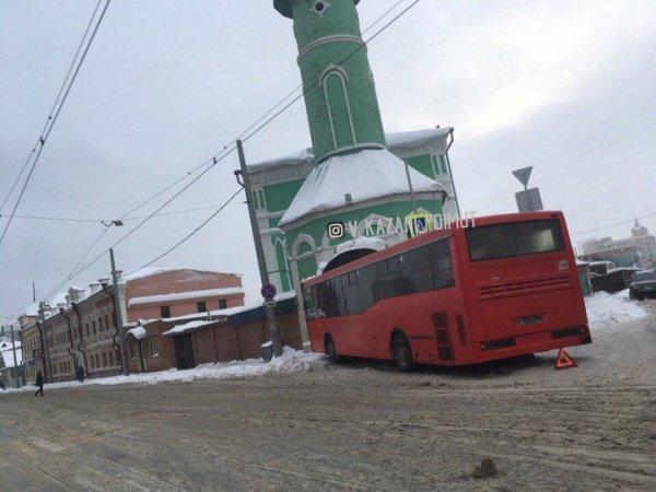 В Казани автобус протаранил здание мечети (Фото)