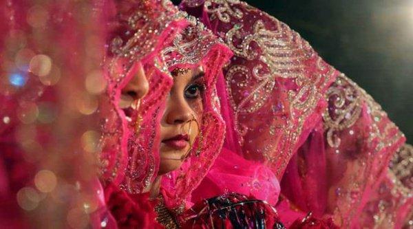 В Индии большому количеству женщин из низших каст, у которых нет приданого или наследства, сложно выйти замуж