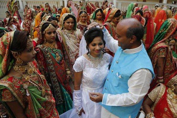 Массовая свадьба прошла в городе Сурат, штат Гуджарат