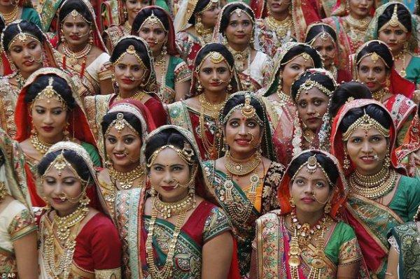 В 2017 году богач организовал в Гуджарате массовую свадьбу для 251 пары