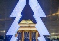 Зеркальную новогоднюю елку открыли в Москве