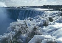 Из-за сильных морозов обледенел Ниагарский водопад (ФОТО)
