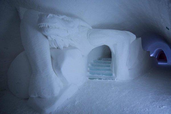 В гостинице есть знаковый железный трон, выполненный изо льда и ледовая горка в виде дракона