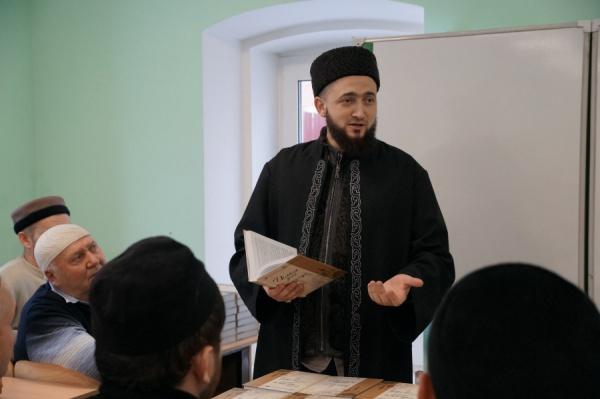 Муфтий Татарстана со студентами казанского медресе.