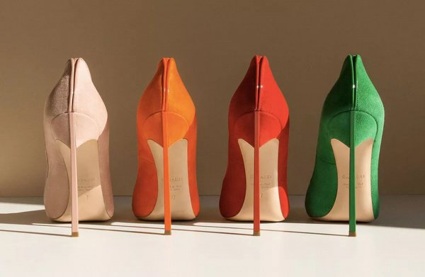 Особенность обуви заключается в креплении на ноге посредством эластичных лент