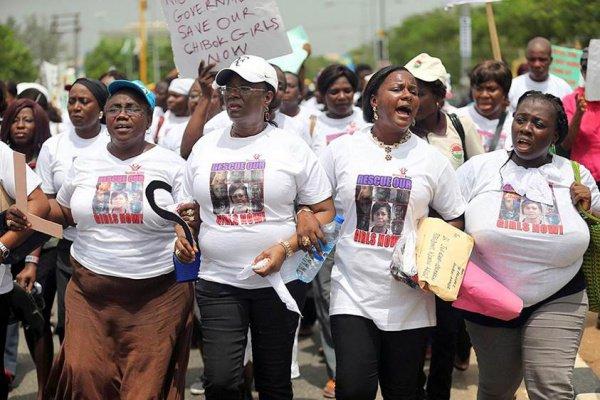 Мамы школьниц на акции с требованием освободить девочек.