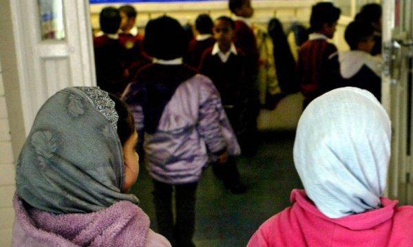Атырауда хиджаб киетін он алты оқушының ата-анасына айыппұл салынды