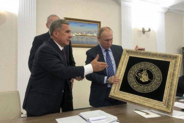 Минниханов подарил Путину именную тугру