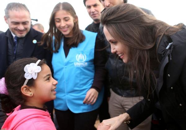 Анджелина Джоли в лагере беженцев.