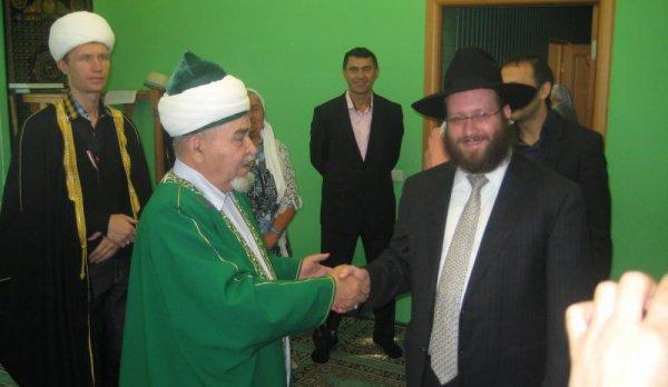 Йозеф Марозоф на встрече с мусульманами.