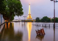 По затопленному пригороду Парижа катаются на водных лыжах (ВИДЕО)