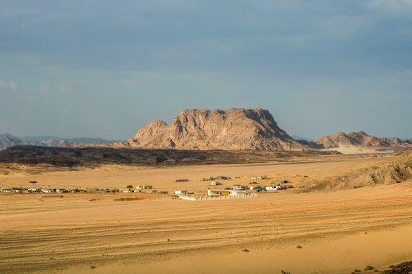 Легенда гласит, что своим названием Синай полуостров обязан своей форме, напоминающей зуб, что по-арабски звучит как син.