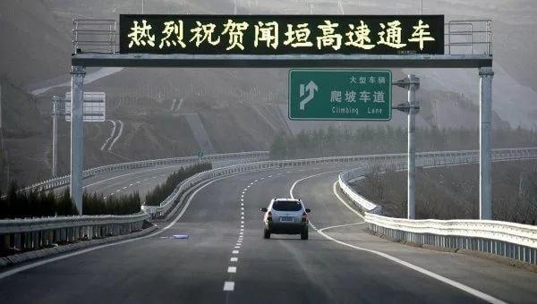 Чтобы реализовать задуманное, китаец нанял несколько грузовиков и экскаватор