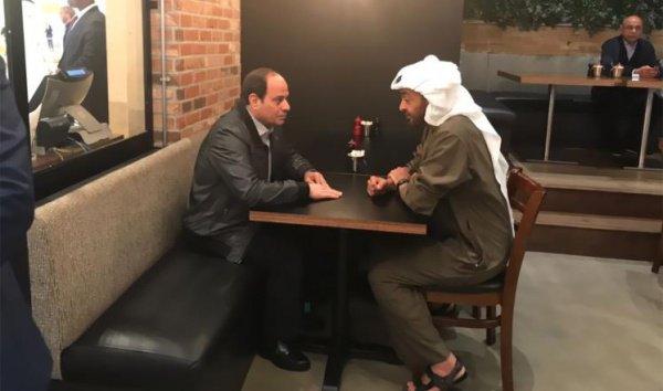 Главы Египта и ОАЭ в кафе Абу-Даби.