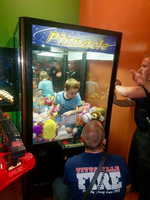 В США мальчик застрял в автомате с игрушками (ФОТО)