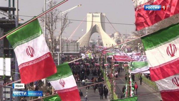 На улицы иранских городов вышли тысячи человек.