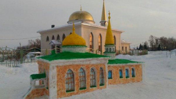 Жители буинского села поддержали конкурс на лучший макет мечети из снега.