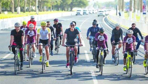 Эмир Катара (в центре) на велопробеге в Дохе.