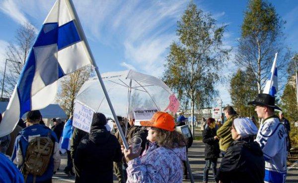 Участники акции против размещения беженцев в Финляндии.