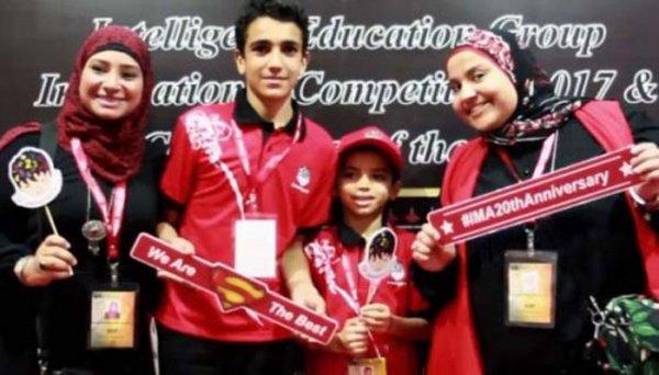 Абдул Рахман Хусейн (второй слева) с победителями в других возрастных категориях.