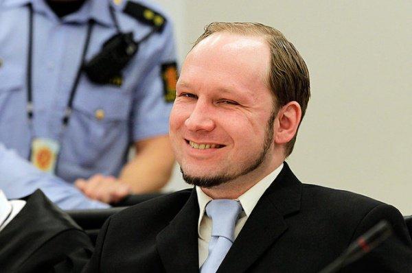 На суде Брейвик себя виновным не признал.